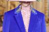 Томный взгляд из-под широких полей шляпы в прошлом. К чему притворное кокетство, если куда удобнее смотреть сквозь поля? Для пущей оригинальности и аллюзий на Коко Шанель прорези можно обрамить искусственным жемчугом. Сочетание бледно-розового и электрик претендует на звание нового тренда.