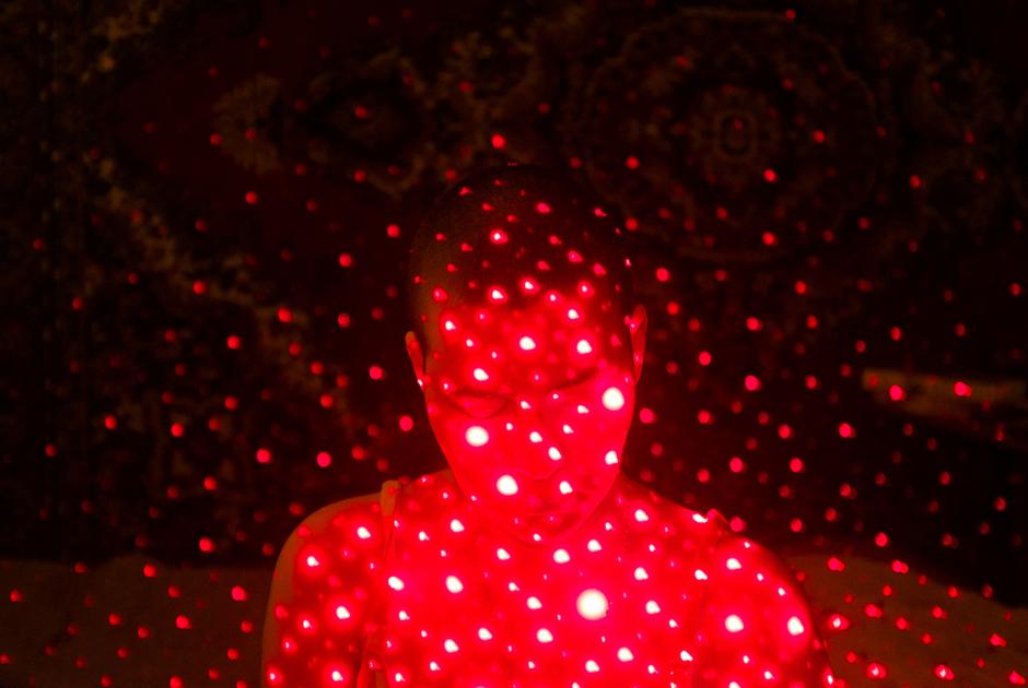 Красный цвет появился неслучайно— это еще и образ химиотерапии. Пациенты между собой называют ее «красненькой» — из-за характерного цвета препарата в капельнице.