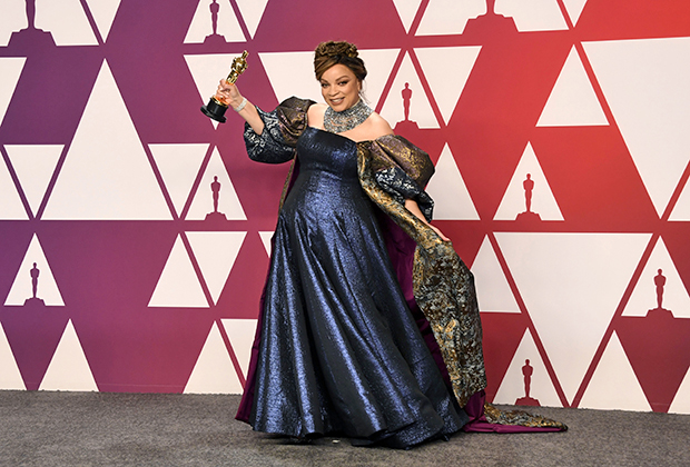 Рут Э. Картер позирует с заветной статуэткой после завершения 91-й церемонии вручения премии «Оскар». Платье в стиле ампир с длинным шлейфом она выбрала себе сама без обязательной консультации со стилистами.