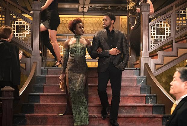 Помимо нарядов, выполненных в традиционном африканском стиле, Картер разработала с нуля или подобрала из существующих коллекций платья и костюмы для сцен за пределами Ваканды.