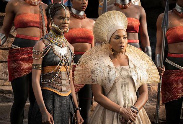Традиционный головной убор замужних зулусских женщин исичоло, как правило, черного цвета. Но в фильме королева-мать Ваканды Рамонда носит исичоло разных цветов в тон платья.