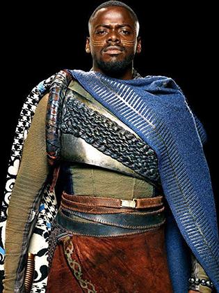 Плащ, который носит В'Каби, почти полностью повторяет сеанамарены — накидки народа басуто, проживающего на территории Лесото. В 1800-е годы англичанин Хоуэлл подарил синюю накидку королю Мошвешве I, который любил европейскую одежду. Накидка быстро стала национальной одеждой басуто.