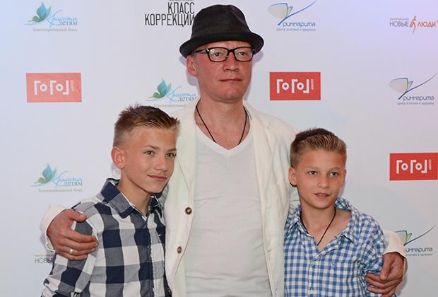 Актер Алексей Серебряков с сыновьями на премьерном показе фильма «Класс коррекции» в «Гоголь-центре»