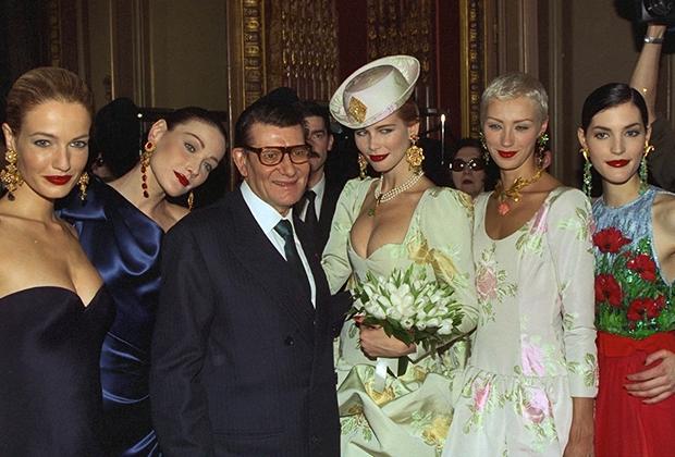 Ольга Пантюшенкова (вторая справа) с Ивом Сен-Лораном и Клаудией Шиффер в Париже, 1997 год