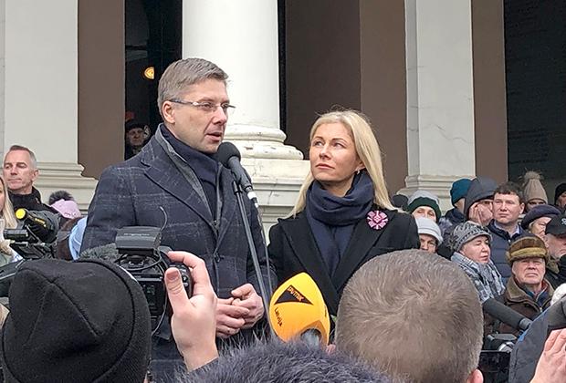 Нил Ушаков и его супруга Ивета Страутиня-Ушакова во время митинга в поддержку мэра Риги на Ратушной площади