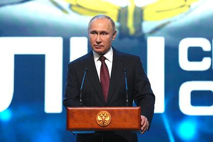 Путин осмотрел перспективное оружие МВД ипообщался сдевушками изконной милиции