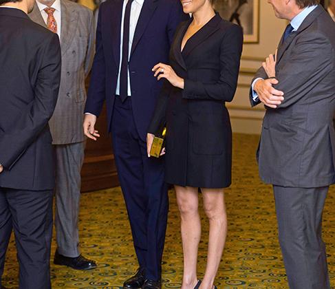 На благотворительное представление в театре Victoria Palace Меган надела платье-смокинг Judith & Charles длиной чуть выше колена и классические лодочки Stuart Weitzman. Наряд дополнял золотистый клатч-коробочка. Строгие образы из «адвокатского прошлого» Меган времен сериала «Форс-мажоры» идут ей по-прежнему.