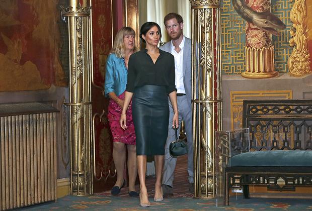 В октябре прошлого года Меган уже была в положении, тем не менее смело надела для официального визита узкую кожаную юбку-карандаш темно-зеленого цвета от Hugo Boss, дополнив ее рубашкой в тон от премиального бренда & Other Stories шведского масс-маркетного гиганта H&M и замшевыми лодочками оливкового цвета.