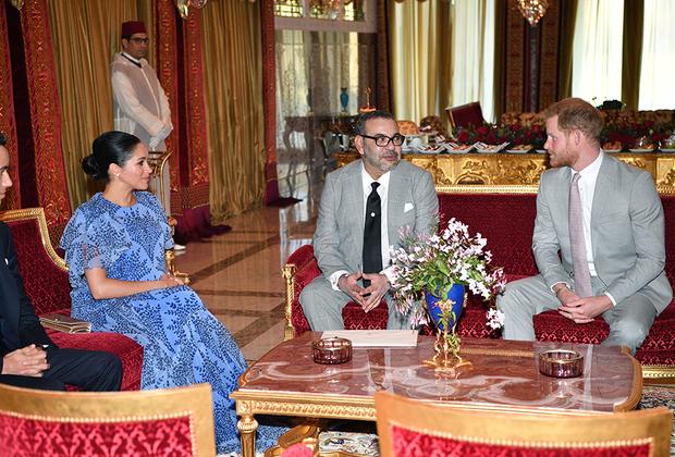 Сшитое на заказ маркой Carolina Herrera платье Меган для встречи с мусульманской августейшей особой представляет собой шедевр дипломатического протокола. Прежде всего, оно голубое: этот цвет традиционно символизирует Марокко и его символ — исторический город Марракеш. Принт на ткани напоминает узоры марокканской керамики. Платье длинное и свободное, с закрытым воротом, что, во-первых, скрадывает приличный срок беременности герцогини, а во-вторых, демонстрирует уважение к постулату мусульманской скромности. С другой стороны, жена британского принца демонстрирует, что не обязана подчиняться всем нюансам мусульманского дресс-кода: в отличие от положенных мусульманкам платьев, скрывающих локти, у платья герцогини рукава короткие.