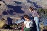 Во все времена Большой каньон привлекал фотографов и художников. Девушка пишет акварельный пейзаж на самом краю каньона.