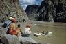 Если до Второй Мировой по реке Колорадо сплавлялись лишь искатели приключений, то после рафтинг стал популярным видом досуга. На фото рафтеры приближаются к тому месту, где в реку Колорадо впадает ручей Брайт Энджел.
