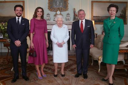 На руке британской королевы разглядели синюю гематому