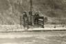 Три женщины пересекают реку Колорадо с помощью канатной дороги с ручным приводом. Около 1935 года.