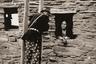 Мужчина и женщина в Хопи-Хаус — реконструкции традиционного здания племени хопи, жившего на берегах Большого каньона до прихода переселенцев. Хопи-Хаус был построен в 1907 году в рамках исторического района «Деревня Гранд-Каньон»  архитектором Мэри Джейн Колтером. Около 1920 года.