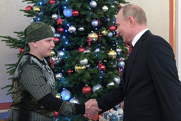 Пожавший руку Путину больной мальчик умер от рака