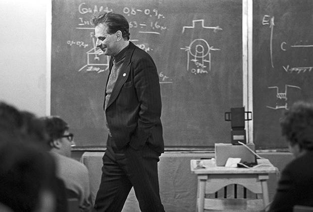 Жорес Алферов на лекции для  старшеклассников в школе «Физика и электроника»
