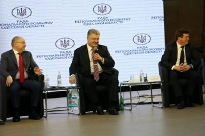 Содержимое пятилитровой бутыли у ног Порошенко заинтересовало пользователей сети