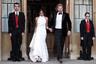 На вечерний прием новобрачные часто надевают короткие платья, но Меган предпочла платье в пол и для вечеринки после венчания. Она выбрала белое платье с американской проймой от Стеллы Маккартни, дополнив его белыми лодочками. Принц Гарри был в смокинге с черной бабочкой, а на руку надел хипстерский серебряный браслет-кафф.