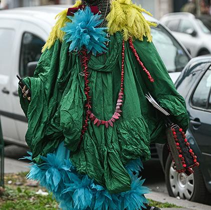 Говорят, что Париж вот-вот станет арабским городом. Глядя на эту героиню парижского стритстайла, в это легко поверить. Если бы великий арабский завоеватель Салах ад-Дин, более известный как Саладин, решил посетить неделю моды, то оделся бы, вероятно, именно так.