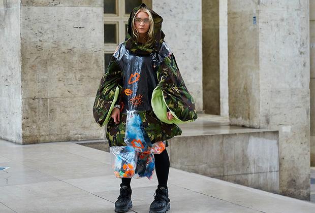 Париж — город контрастов, но контрасты Парижа порой весьма однотонны. Бездомные тут порой выглядят, как иконы стиля, а жертвы моды — как последние клошары. На фото художница Эрин Хэйхау.