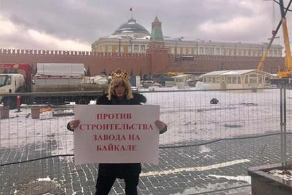 Зверев с короной на голове устроил одиночный митинг на Красной площади