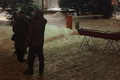 Выставленный перед зданием правительства гроб назвали спланированной акцией