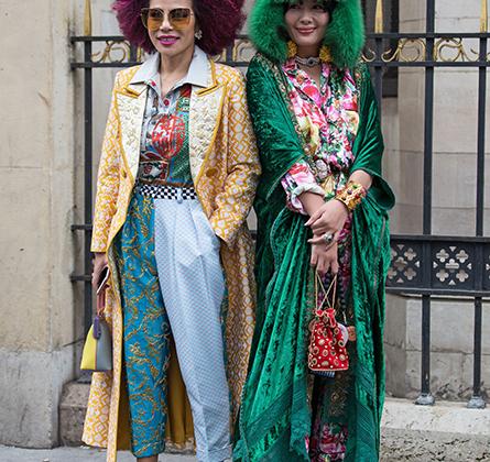 В Азии быстро схватывают тренды. Стоило Moschino показать в Милане коллекцию в стиле американского телешоу Price is Right 1970-х годов, как уже спустя неделю в Париже появились гости из Азии, одетые в таком духе.