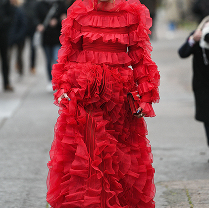 Никто не знает, чем Сита Абеллан заработала на красивую жизнь, но без нее не обходится ни одна неделя моды. Диджей на афтепати Джереми Скотта, амбассадор независимых брендов и просто украшение первого ряда любого показа. В Париже всем своим видом Сита демонстрировала, что она все еще торт.