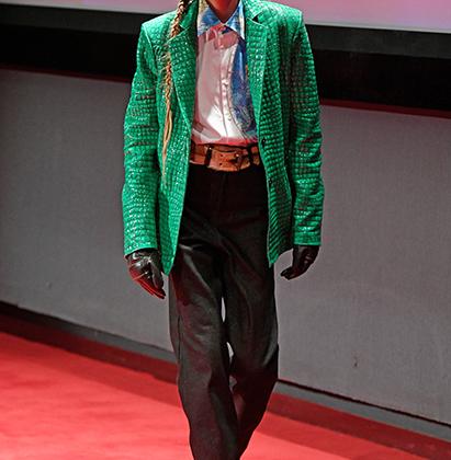 Пока официальный Киев продолжает свою священную борьбу с советским наследием, украинский дизайнер Антон Белинский его вовсю эксплуатирует. Интересно, что кандидаты в президенты Украины думают о маске Чебурашки на модели во время показа Anton Belinskiy?