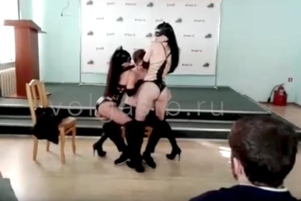 striptiz-na-korporative-rossiya-poza-dlya-seksa-nogi-za-golovoy