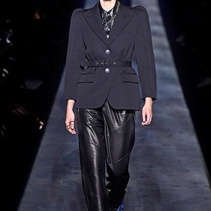 Givenchy удивил разве что пиджаками с большими круглыми плечами. Все же хорошо, что в этом безумном мире еще есть островки спокойствия.
