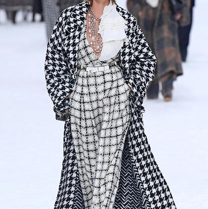 Одним из самых эмоциональных показов стало дефиле Chanel, ведь в Париже представили последнюю коллекцию, над которой работал лично Карл Лагерфельд. Запись голоса кайзера прозвучала в завершении шоу. Слезу сдержали не все. На фото Кара Делевинь.