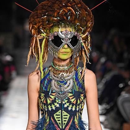 То ли новое прочтение кокошника, то ли индейская маска, то ли костюм соблазнительницы пришельцев. В любом случае дому Manish Arora удалось привлечь к себе внимание всей планеты.
