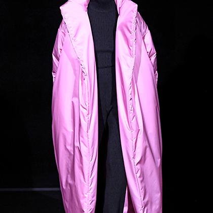 Оверсайз-пальто кислотного цвета уже никого не удивишь. Но в Balenciaga все еще пытаются.
