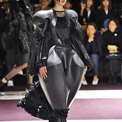 Дизайнеры Comme des Garcons показали нам, что такое по-настоящему большие плечи и оверсайз-юбки. Главное, чтобы вас в этом аутфите не перепутали с мятой пластиковой бутылкой.
