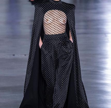 Обнаженная женская грудь —вечная тема, к которой модельеры не устают возвращаться вновь и вновь. Помимо дома Balmain прозрачными блузками порадовал Valentino.