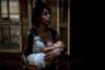 Беспризорные девушки особенно уязвимы на улицах Каракаса. Из-за недостатков медицинской системы они не могут получить необходимую врачебную помощь и поддержку в случае беременности.  <br></br> Катюшка, например, была беременна дважды. В первый раз она попала в потасовку уличных банд, и у нее случился выкидыш. «Меня тогда ударили, а что было потом, я не помню», — вспоминает она. Второго ребенка она родила в одной из старейших больниц Каракаса, но из-за кризиса и там условия далеки от тех, что должны быть в нормальном роддоме. После родов выяснилось, что девушка болеет сифилисом, который унаследовал и ребенок. <br></br> Она планирует вернуться к родителям и стать кондитером: печь торты она научилась еще в детстве. Кроме того, своему сыну она хочет обеспечить нормальную жизнь в стенах родного дома.