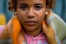 Паола ушла на улицу в 13 лет, потому что дома не было еды. Самым счастливым временем она считает уличные протесты летом 2017 года в Венесуэле. Тогда ей досталось много еды, одежды и денег от демонстрантов. «Самое неприятное было, когда полицейские распылили газ», — вспоминает девочка.  <br></br> Домой она возвращаться не хочет, несмотря на то что жизнь на улицах смертельно опасна. Однажды взрослый парень заподозрил Паолу в том, что она сдала его полиции, и попытался убить. «Он и его дружки выследили меня. Он разбил бутылку и полоснул мне по шее. Вот шрам. Потом меня связанную бросили в реку. Я тогда очень испугалась, но у меня в кармане было лезвие, и я смогла освободиться», — рассказала она. После этого Паола ненадолго вернулась домой, чтобы поправить здоровье.
