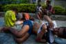 На улицах Каракаса полно детей. Они выглядят беспечно и беззаботно, почти как их сверстники из любой другой страны: лазят по заброшенным зданиям, балуются и гоняют уличных собак. Правда, большинство из них к тому же попрошайничают, ищут пропитание на помойках и купаются в грязных речках. Хуже того, некоторые уже в подростковом возрасте успели начать курить и пристрастились к наркотикам. Это помогает им хоть ненадолго оградиться от суровой реальности, в которой они вынуждены выживать. Беспризорники — лишь одно из проявлений глубокого экономического и социального кризиса, в котором погрязла Венесуэла, одна из самых богатых нефтяных стран на континенте.