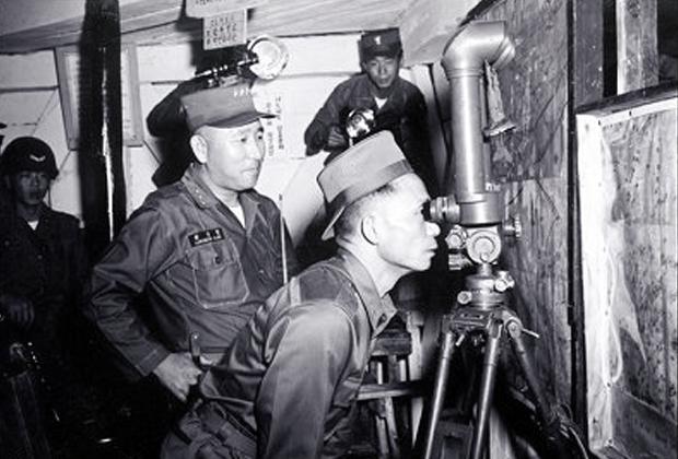 Президент Пак Чон Хи в воинской части