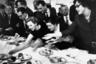 Еще одним видом спорта в Западной Германии 60-х считалась борьба за угощения. На снимке «Общение за шведским столом» техническое несовершенство фотографии отошло для Мозеса на второй план. Самым важным тут стала динамика, передающая настроение немцев, которые снова начинали жить с убеждением «кто хорошо работает, тот хорошо отдыхает».