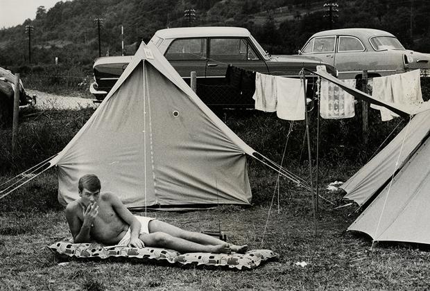 Находить свободное время при условии, что немцы работали шесть дней в неделю, было непросто. Поэтому летом жители Западной Германии выезжали на солнечный юг. Их любимыми направлениями были Италия, Испания и Греция. Но хорошо отдохнуть можно и на родной земле — например, в палаточном лагере, который сам Мозес предпочитал загранице.