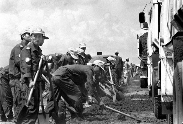 Безоружные китайские «голубые береты» ремонтируют дорогу в Камбодже. 1992 год