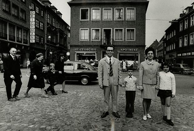 В 1936 году, когда Стефану Мозесу было восемь лет, он нашел старую родительскую фотокамеру на чердаке. Это событие стало отправной точкой его творческого пути. С тех пор он делал исключительно черно-белые снимки, а его любимыми героями на протяжении всей жизни оставались обыкновенные немцы.