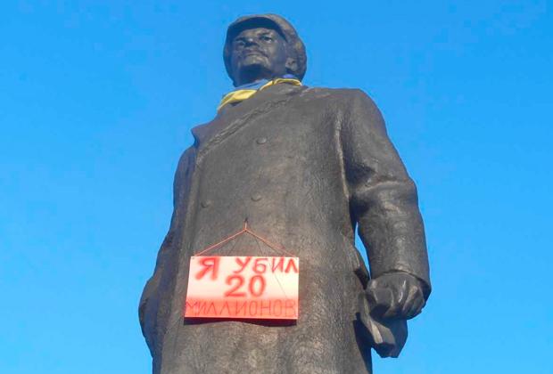 Памятник Ленину в Славянске в 2015 году