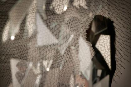 Женщина увидела свое отражение и разбила зеркало в ночном клубе
