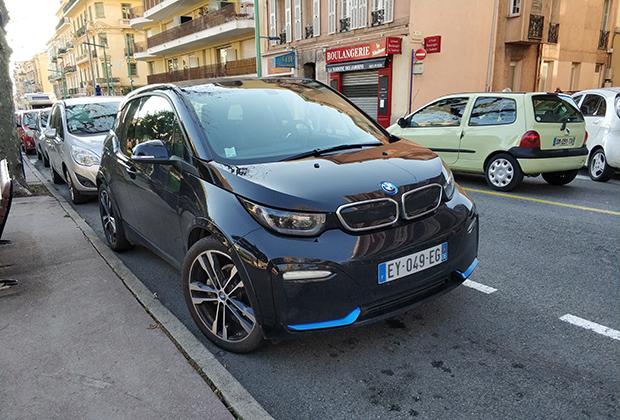 Знакомитесь, электрический BMW i3s. Ему не нужен эффективный обдув радиатора, выхлопная труба отсутствует. Зато до сотни разгоняется менее чем за семь секунд! В Монако он в своей тарелке, а вот до Дакара явно не доедет.