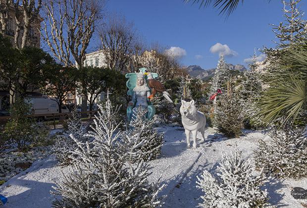 Искусственный снег, фальшивые волки, зато мандарины на деревьях настоящие.