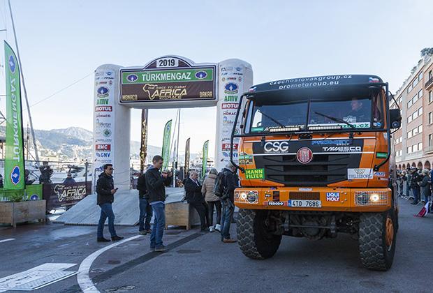 Первые метры Тatra Томаша Томачека в ралли Africa Eco Race, впереди всего ничего — около шести тысяч километров, которые чех решил пройти в одиночку без штурмана и механика!