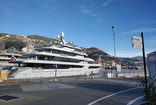 «Скромная» четырехпалубная яхта пришвартована в марине Монако.